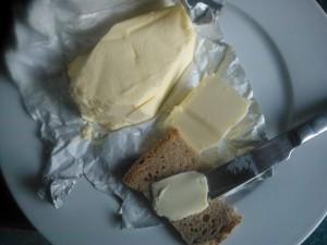 Butter und Brot auf einem Teller, von oben
