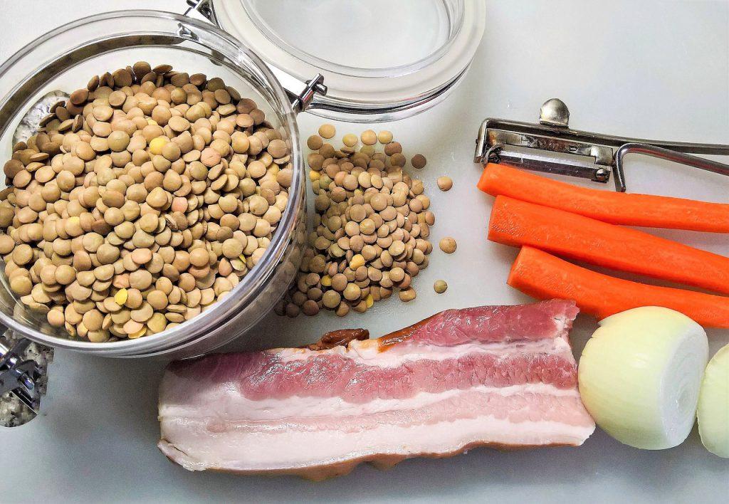 Zutaten Linseneintopf: Linsen, Karotten, Schweinebauch, rohe Zwiebeln
