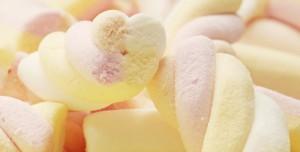 Marshmellows, auch Mäusespeck genannt, rosa, gelb und weiß.