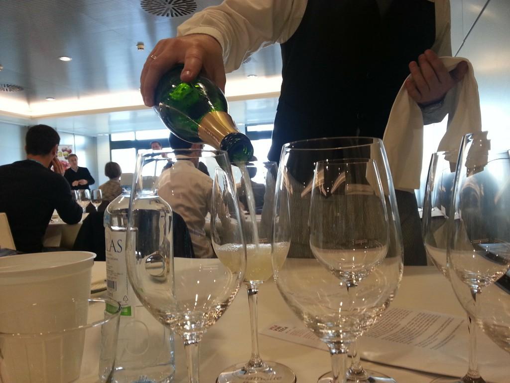 Weingläser, gedeckter Tisch, Mann schenkt Wein ein