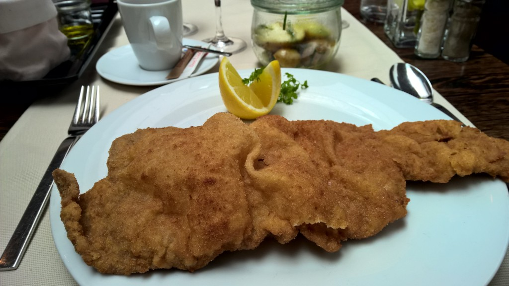Wiener Schnitzel, paniert, auf Teller, nah