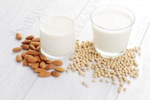 Weiße Flüssigkeit in Gläsern, Mandeln, Sojabohnen