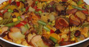 Pfanne mit Nudeln und gemischtem Gemüse, nah