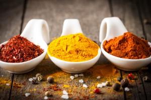 Löffel mit Paprika, Curry, Gewürzen, Salzkörner, Nahaufnahme