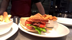 Teller mit Sandwich und Chips aus Süßkartoffeln