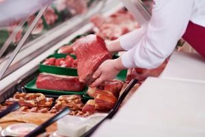 Fleischtheke und Verkäuferin