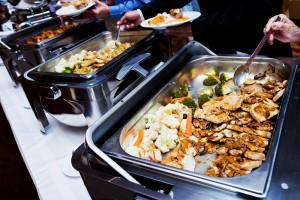 Warmes Buffett, Wärmewannen mit Essen, Leute bedienen sich