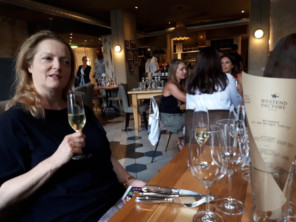 Frau, links, mit Glas Sekt in der Hand, Petra Hammerstein
