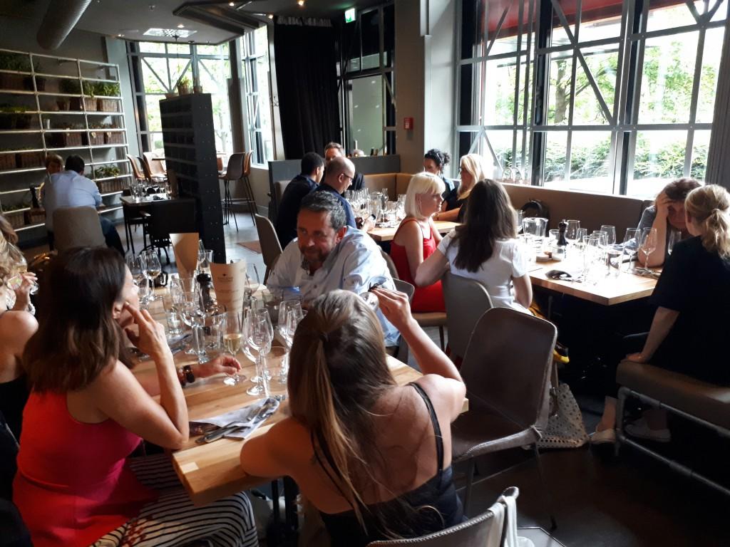 Tische mit Menschen im Restaurant