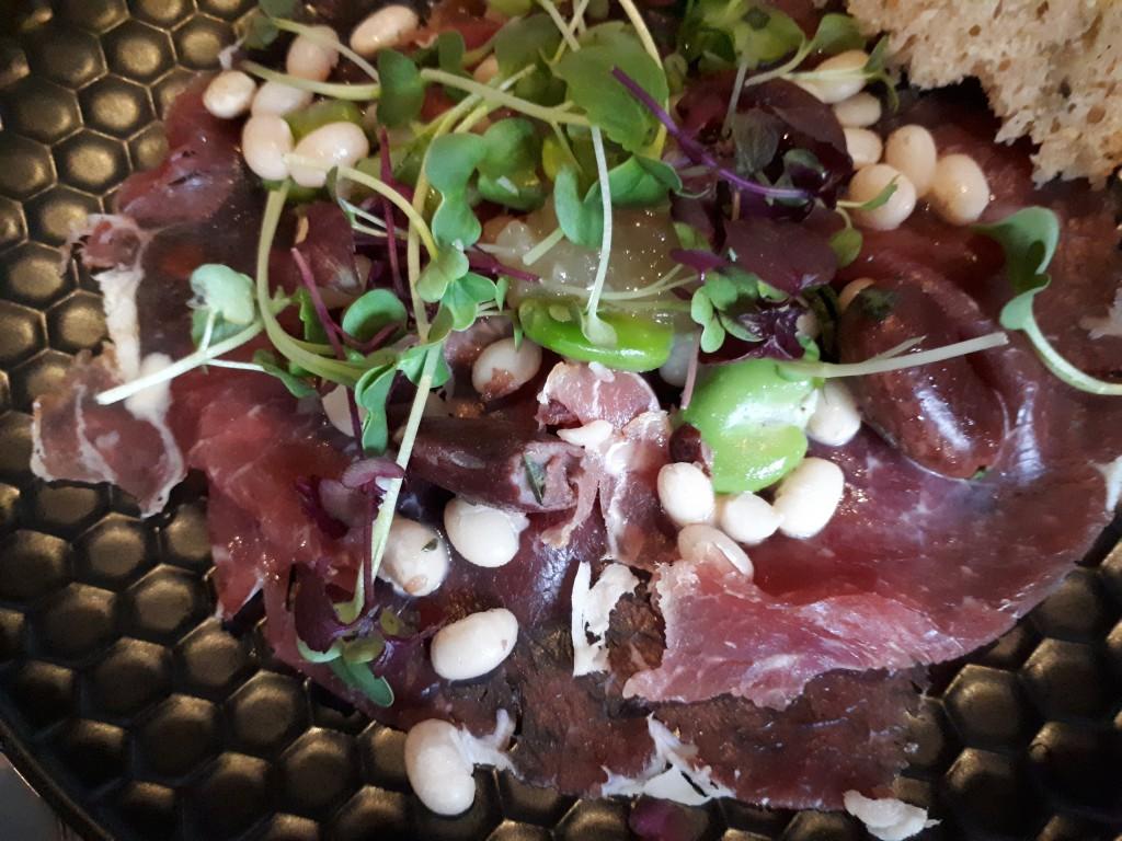 Teller, nah mit Rindfleisch, weißen Bohnen, Shiso-Kresse und Zitronenmarmelade