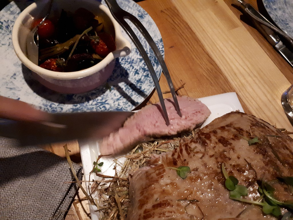 Messer, Fleischgabel, nah, Stück Fleisch, Topf mit Schmorgemüse (Beilage)