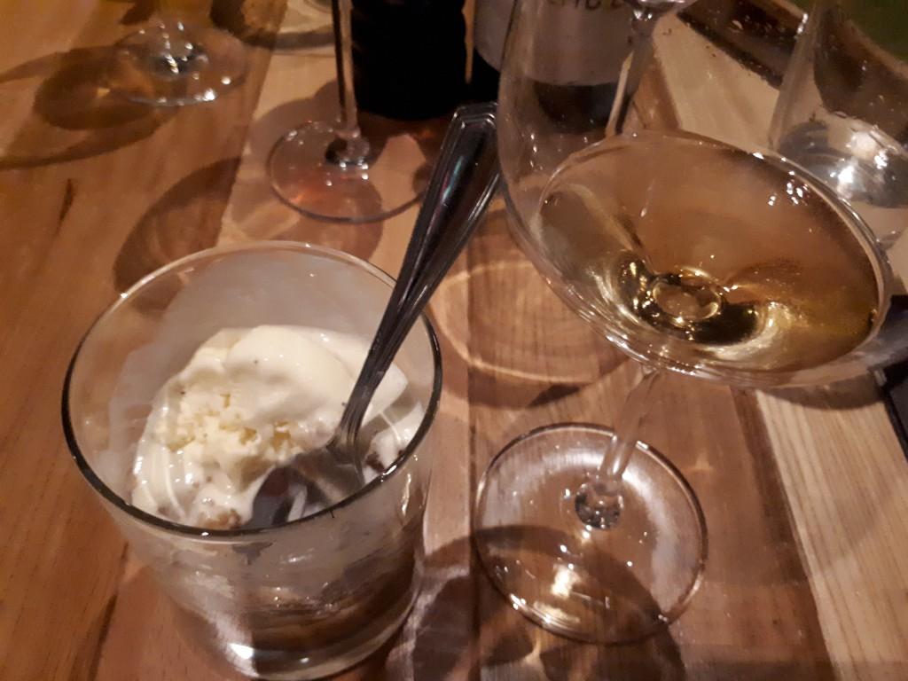 Glas mit Weißwein, kleines Glas mit Desser (Eis)