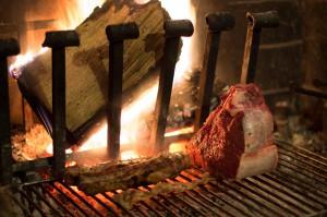 Grillrost mit Holzscheit, Steak Bistecca Fiorentina