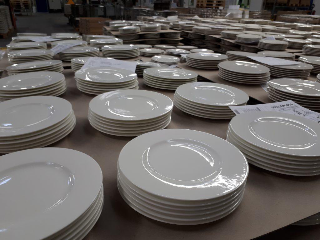 Viele weiße Teller in Sechserpackes