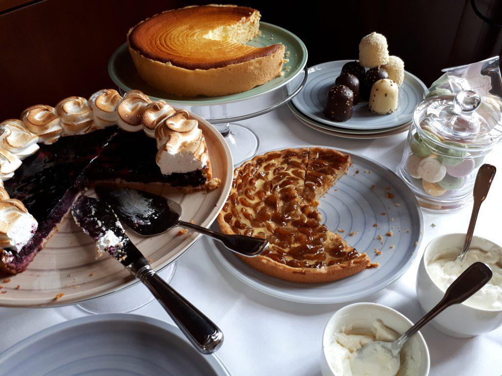 Kuchenbuffett mit Torten, Käsekuchchen, Mirabellenkuchen, Schaumküssen, Sahne