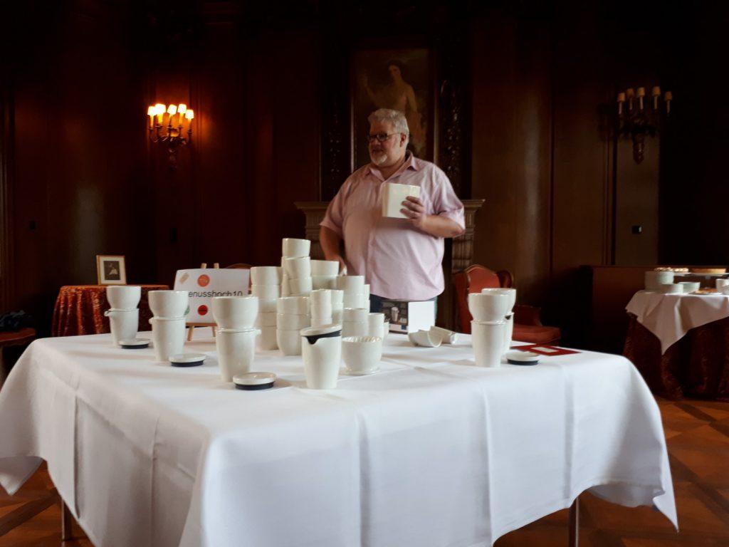 Tisch mit weißem Geschirr, Mann