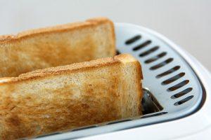 Toastbrotscheiben im Toaster, nah