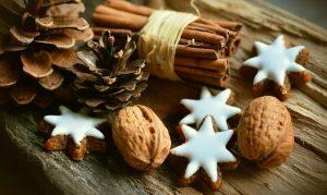 Nahaufnahme; Zimtsterne, Nüsse, Zimtstangen