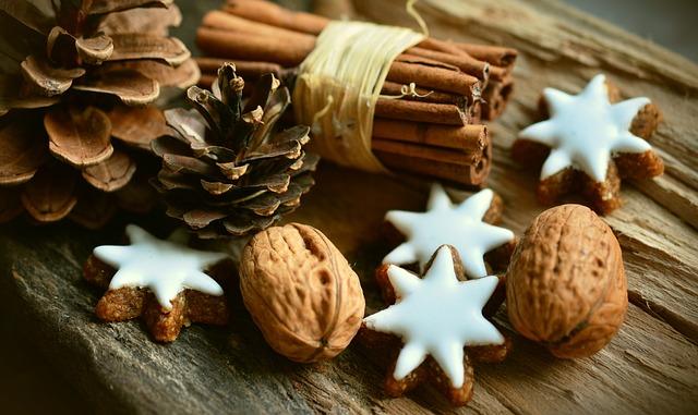 Weihnachtsdeko: Zapfen, Zimtsterne, Walnüsse, Bündel Zimtstangen nah