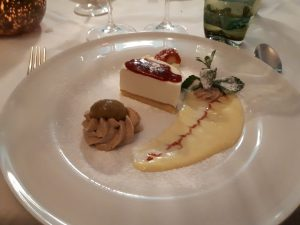 Weißer Teller, Vanillsauce, Stück Sahnepuddiing (Panna Cotta), Schokoladenmousse, Garnitur