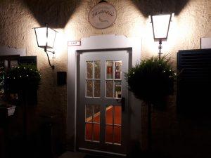 Weiße Tür, links und rechts beleuchtet