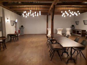 Großer Saal, Tische, Stehtische mit weißen Hussen