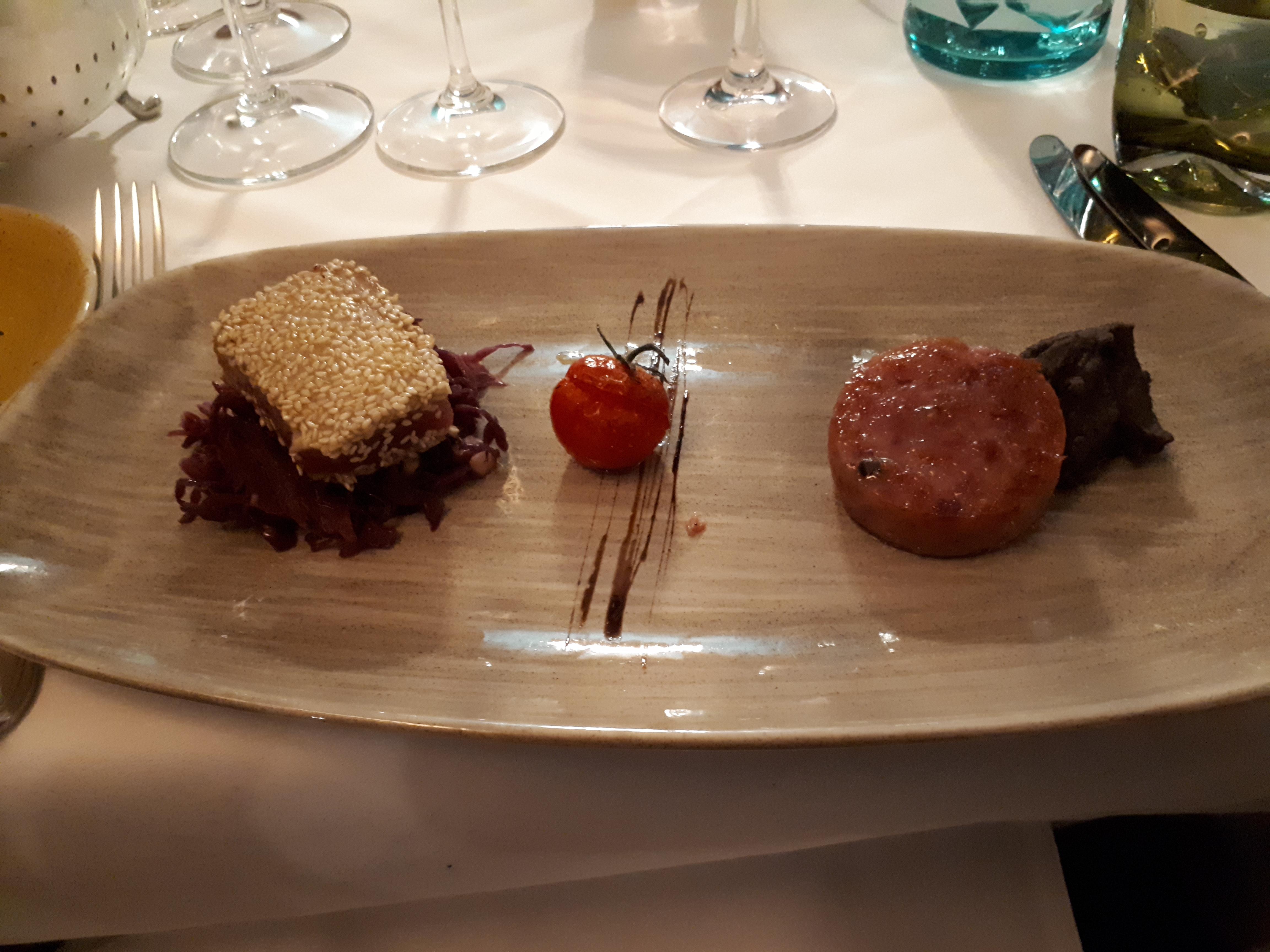 Teller, Stück Thunfisch Mit Sesamkruste, Deko, Runde Scheibe Wurst,  Schwarze Bohnen