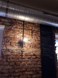 Backsteinwand, dicke Rohrverkleidung