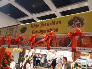 """Schild an Stand mit Schrift """"Reiche Auswahl an Fleischgerichten"""""""