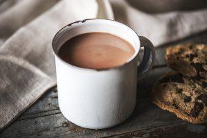Weiße Blechtasse mit Kakao