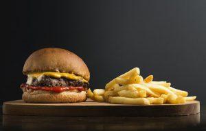 Hamburger mit Pommes frites