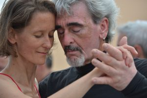 Frau links, Mann rechts dicht an dicht in Tanzhaltung, Köpfe aneinandergelehnt