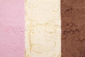 Eiscreme, Farben in Schichten rosa, weiß und braun - Erdbeer, Vanille, Schokolade