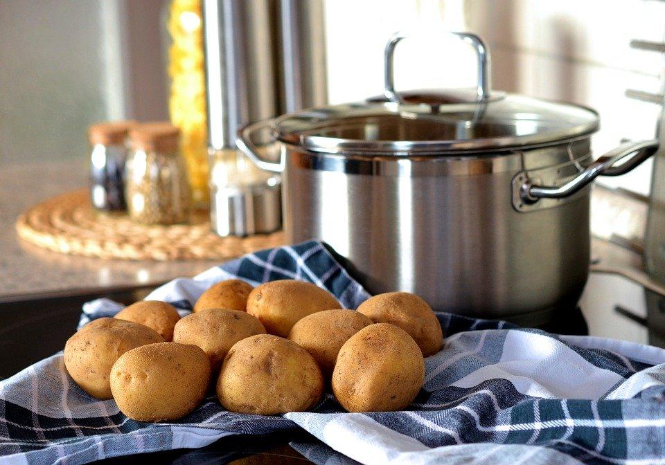 Kartoffeln auf Tisch, Topf, nah
